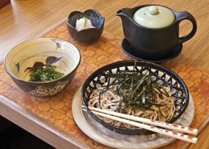 No Nik Sushi, em Ipanema, a folha de shissô vermelho guarnece o zaru soba, um prato sazonal, sob encomenda.