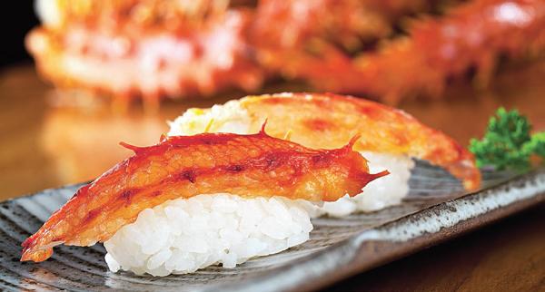 King crab no niguiri do Sushi Leblon. Na página ao lado, as vieiras de José Avillez e, embaixo, o risoto de lagostins do Q Gastrobar.