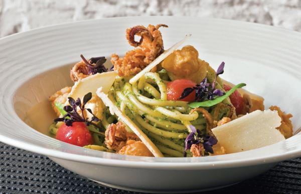 Lulas à Provencial com Espaguete
