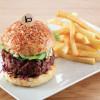 Famoso em Nova York: o hambúrguer do Boloud; no alto, estrelas na cozinha aberta do Dinner, de Heston Blumenthal, no Mandarin Oriental de Londres.