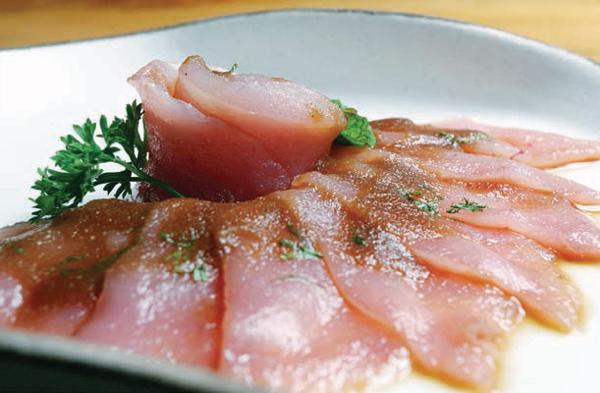 Entrada do Satyricon: crudo di pesce como na Itália. Acima, o ussuzukuri do Mok Sakebar.