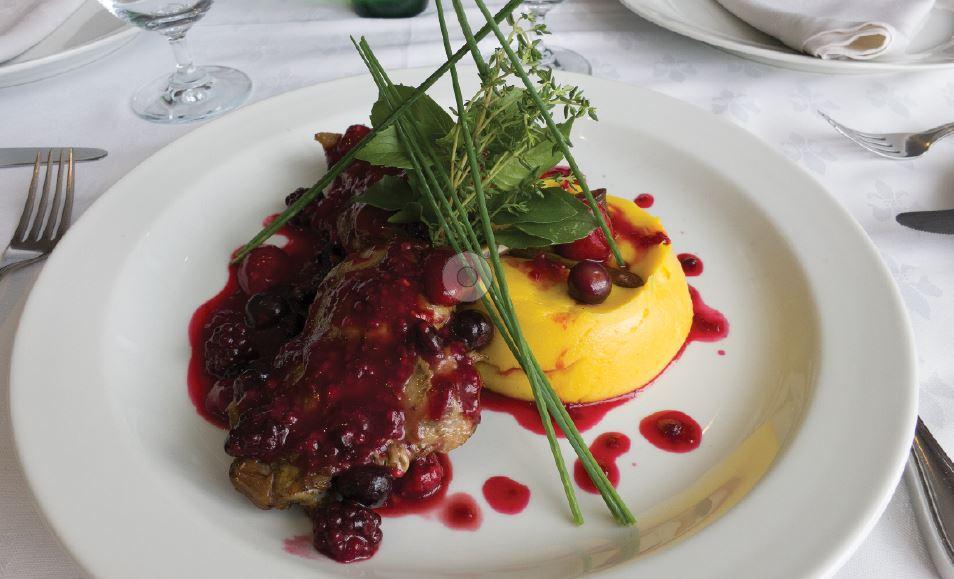 Confit de pato ao molho de frutas vermelhas e mousseline de baroa