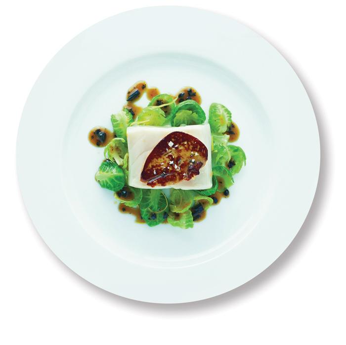 O escalope de foie gras sobre linguado e couve-de-bruxelas. Foto: divulgação
