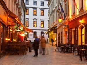 Desfrute de uma cerveja - ou cinco - em um pub ao ar livre em Bratislava. Foto: Shutterstock / Milan Gonda