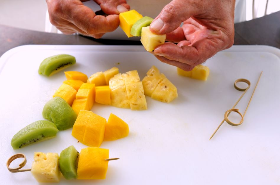 Frutas no palito Foto: A. Beauvais - A. Roche / CERCLES CULINAIRES DE FRANCE
